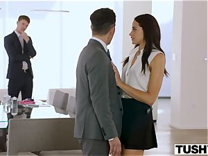 TUSHY secretary Gets DP'd By manager And acquaintance
