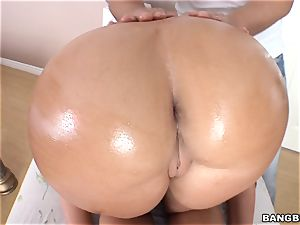 Richelle Ryan packs a big wood in her humid pusy