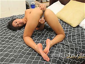 Annie Cruz thumbs and spanks her Mature poon
