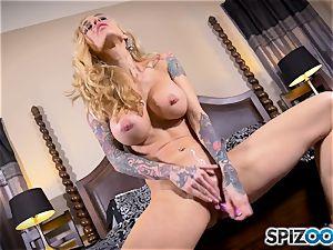 tattooed bony ash-blonde Sarah Jessie messes with her vulva