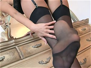 Solo stunner Cody enjoy plays with her shaven vulva